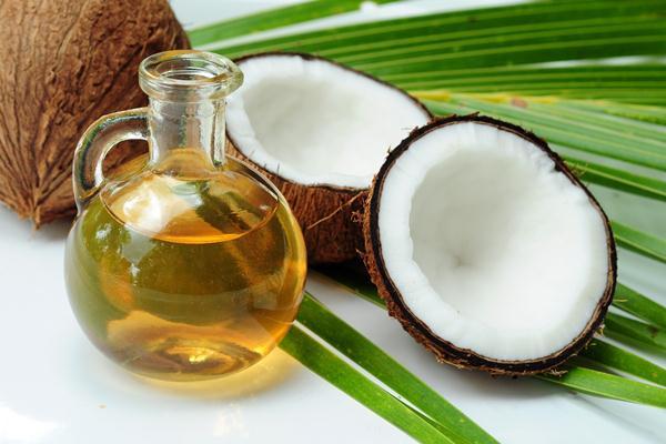 Minyak kelapa. Selain pada rambut, pemakaian minyak kelapa juga bisa berlaku untuk alis dan bulu mata terutama ketika ingin menumbuhkan keduanya.   - Homeremediesforlife