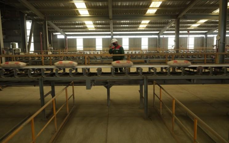 Pegawai PT Semen Baturaja (Persero) Tbk memeriksa produksi semen di pabrik perseroan. istimewa