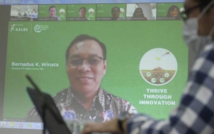 Layar menampilkan Direktur PT Kalbe Farma Tbk. Bernadus Karmin Winata memberikan pemaparan saat kunjungan virtual ke redaksi Bisnis Indonesia di Jakarta, Kamis (28/1). Bisnis - Arief Hermawan P