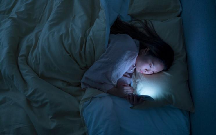 Bermain dengan ponsel akan membuat kualitas tidur seseorang terganggu.  - Philip