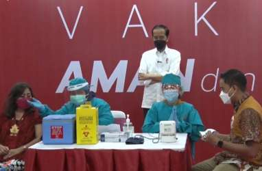 Didampingi Anies, Jokowi Tinjau Vaksinasi Pedagang di Thamrin City