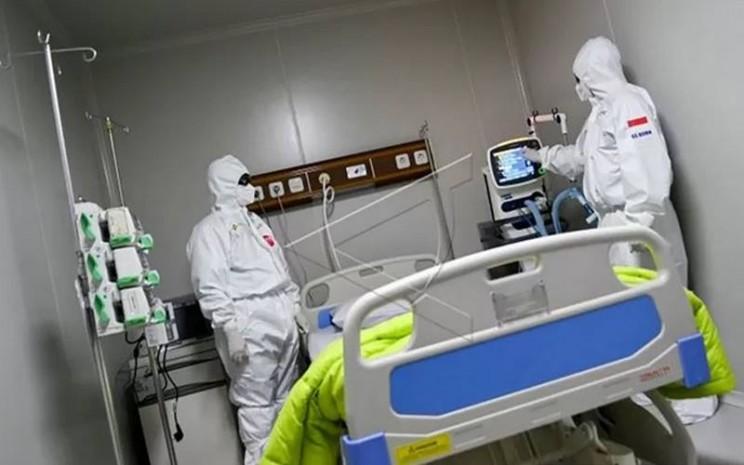 Seorang dokter mengoperasikan alat bantu pernapasan di ruang ICU Rumah Sakit. - Antara