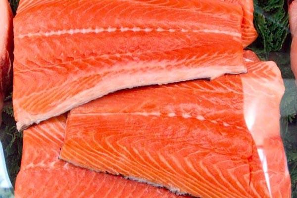 Irisan ikan salmon di pasar swalayan - Reuters/Lucy Nicholson