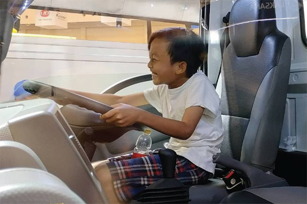 Seorang anak menjajal Isuzu Traga. Selain menimbulkan efek yang buruk terhadap lingkungan maupun manusia, ternyata memanaskan mobil juga bisa menimbulkan kerusakan pada berbagai komponen mobil seperti di antaranya adalah catalytic converter tidak bekerja secara maksimal.  - Isuzu