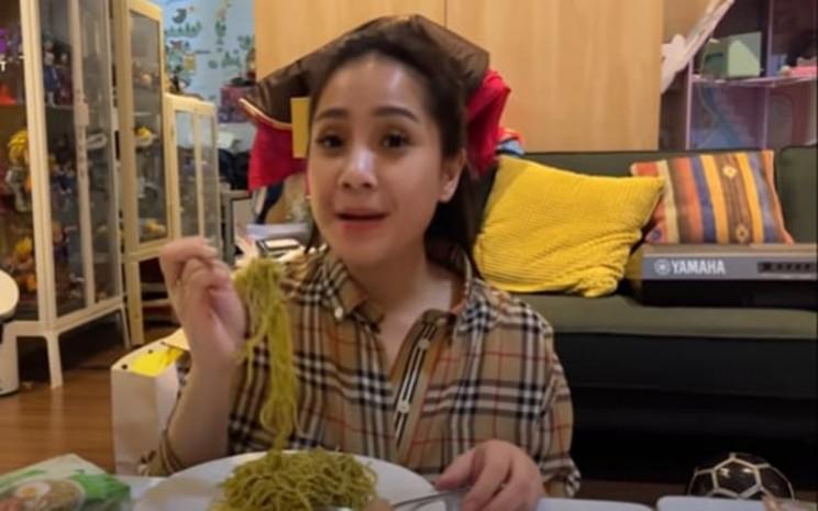 Gigi sedang makan