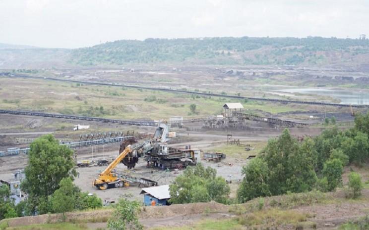 Proses mobilisasi batu bara dari ketinggian 15 meter - 20 meter di Anjungan Tambang Air Laya yang disediakan PT Bukit Asam Tbk. (PTBA)  -  Tim Jelajah Komoditas Bisnis Indonesia