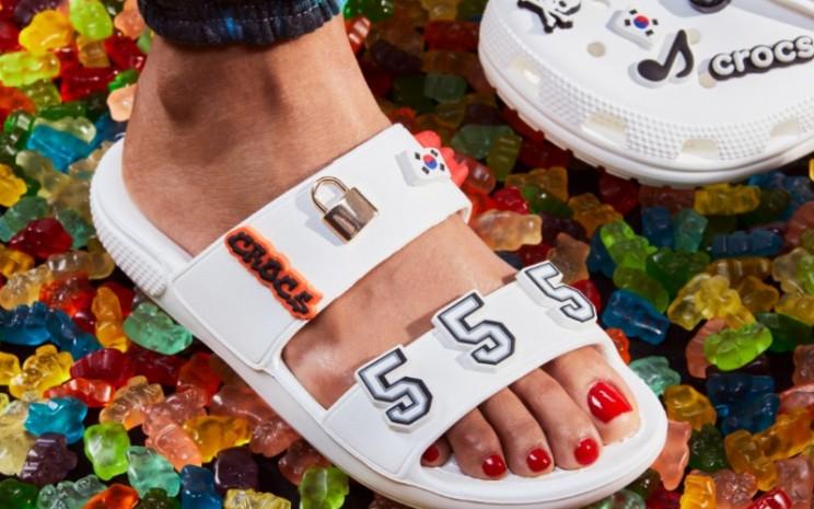Crocs Classics telah lama dicintai karena tampilannya yang nyaman dan trendi.  - Crocs