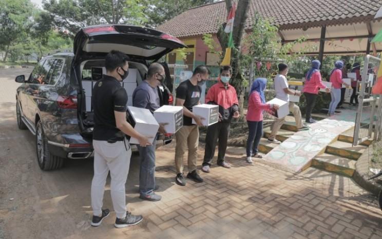 Pemberian paket sembako tersebut merupakan kelanjutan dari CSR Care4Water yang awalnya berfokus pada pemberian akses air bersih.   - BMW Group