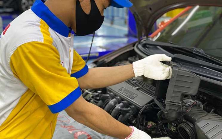 Mekanik tengah memeriksa mesin mobil Honda.  - PT Honda Prospect Motor