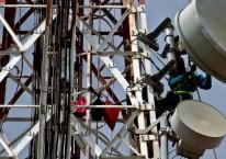 Ilustrasi - Pekerja melakukan penggantian antena pada menara BTS di Pulau Pramuka, Kepulauan Seribu, Jakarta./Antara - R. Rekotomo.