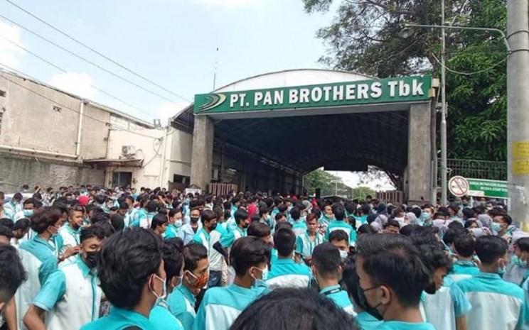 Pekerja PT Pan Brothers Boyolali berunjuk rasa di depan pabrik, Rabu (5/5/2021). JIBI - Solopos/Bayu Jatmiko Adi