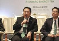 Presiden Direktur PT Adaro Energy Tbk Garibaldi Thohir (tengah) didampingi CFO Lie Luckman (kiri) dan Wakil Presiden Direktur Christian Ariano Rachmat (kanan) menjawab pertanyaan awak media seusai RUPST di Jakarta, Selasa (30/4/2019)./ANTARA FOTO-Dhemas Reviyanto