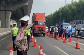 LARANGAN MUDIK: Polisi Lakukan Penyekatan di GT Cikarang…