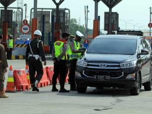 Cegat Pemudik, Petugas Kepolisian Lakukan Penyekatan di Pintu Tol Cipali