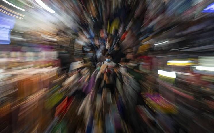 Sejumlah warga memadati Blok B Pusat Grosir Pasar Tanah Abang untuk berbelanja pakaian di Jakarta Pusat, Minggu (2/5/2021). Gubernur DKI Anies Baswedan mengakui adanya lonjakan pengunjung di pusat tekstil terbesar se-Asia Tenggara tersebut, dari sekitar 35.000 pengunjung pada hari biasa menjadi sekitar 87.000 orang pada akhir pekan ini sehingga pihaknya menyiagakan sekitar 750 petugas untuk menjaga kedisiplinan protokol kesehatan untuk mencegah penularan Covid-19. - Antara