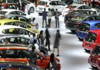 Pengunjung melihat mobil yang dipamerkan pada ajang Indonesia International Motor Show (IIMS) 2017 di Jakarta, Jumat (28/4). - JIBI/Dedi Gunawan