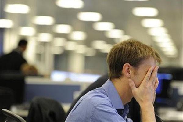 Ilustrasi stres. Hilangnya orang-orang terdekat, kemarahan dengan sistem yang gagal, hilangnya rutinitas yang diatur dengan baik sebagai ganti strategi bertahan hidup telah menunjukkan pentingnya improvisasi dan adaptasi.  - Reuters/Paul Hackett