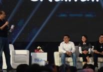 CEO CT Corp Chairul Tanjung (kiri) bersama bersama sejumlah pimpinan perusahaan rintisan di Surabaya, Jawa Timur, Rabu (14/11/2018)./ANTARA FOTO-Zabur Karuru