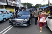 Keliling Jakarta, Jokowi Bagi-Bagi Sembako Sambil Pantau Situasi