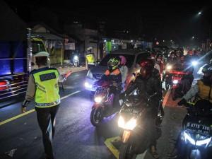 Pemudik Dipaksa Putar Balik Saat Melintasi Pos Penyekatan Mudik di Limbangan