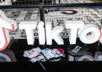 Logo TikTok ditampilkan di TikTok Creator\'s Lab 2019 yang digelar Bytedance Ltd. di Tokyo, Jepang, Sabtu (16/2/2019)./Bloomberg-Shiho Fukada