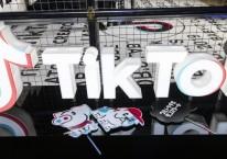 Logo TikTok ditampilkan di TikTok Creator\'s Lab 2019 yang digelar Bytedance Ltd. di Tokyo, Jepang, Sabtu (16/2/2019)./Bloomberg-Shiho Fukada