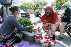 Kisah Pedagang Bunga di TPU, Berharap Ada Untung di…
