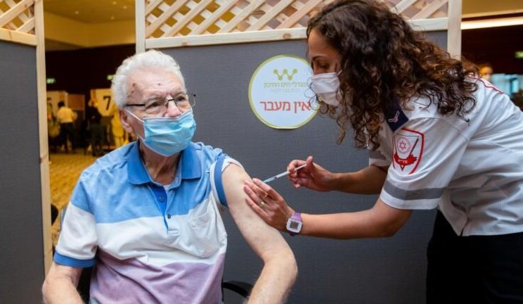Suntikan vaksin virus corona atau Covid-19 bisa menjadi pencegahan dan menurunkan risiko penularan virus yang lebih serius. - ilustrasi