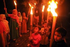 Anak-anak di Bandung Ikuti Pawai Obor Dalam Rangka Menyambut Idul Fitri