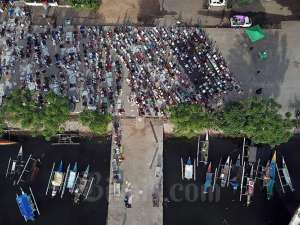Suasana Salat Idulfitri di Pelabuhan Paotere Makassar