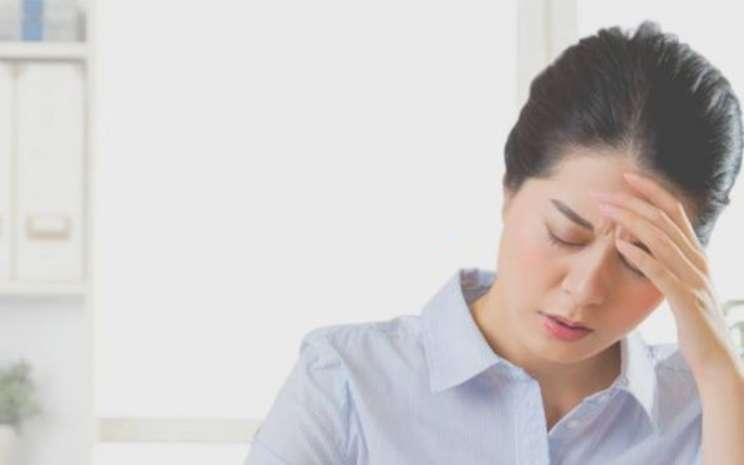 Beberapa gejala sinusitis antara lain sakit kepala, gejala flu lebih dari seminggu, warna lendir berubah, dan nyeri pada wajah dan area sinus (rongga udara dibalik tulang wajah).  - rsmitrakeluargategal