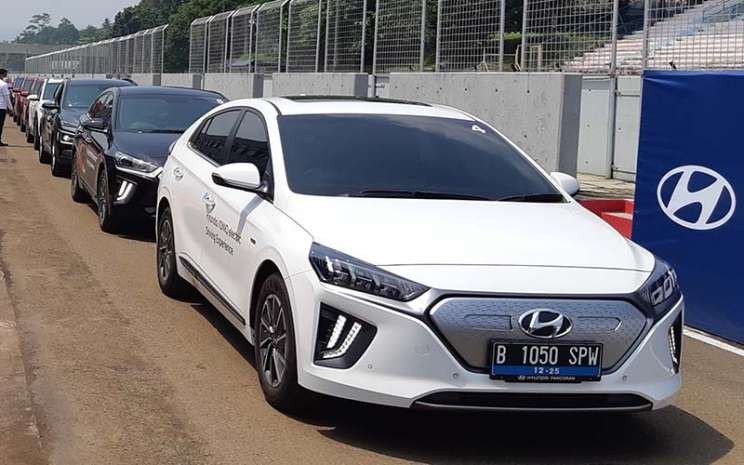Hyundai Ionic EV dalam Hyundai Track Day di Sirkuit Sentul, Jawa Barat, Jumat (19/3/2021).  - Bisnis/Dionisiono Damara