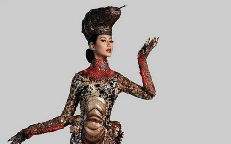 Ayu Maulida tampil di panggung kontes kecantikan Miss Universe mengenakan kostum bertema komodo. Miss Universe berlangsung di Flordia Amerika Serikat, Kamis (13/5/2021). - Instagram @ayumaulida97