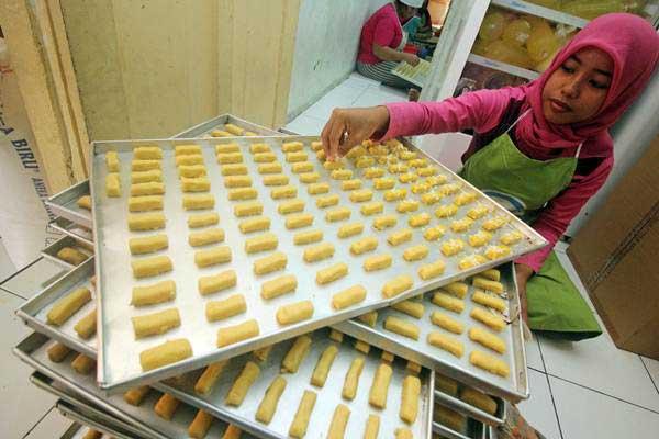 Pekerja membuat kue kering Kastangel di industri rumahan, di Surabaya, Jawa Timur, Selasa (13/6). - Antara/Moch Asim