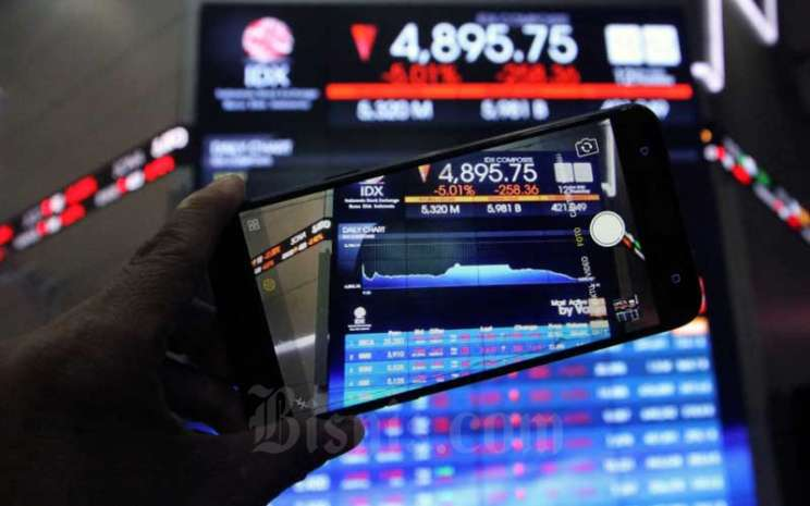 Pengunjung menggunakan smarphone memotret layar monitor yang menampilkan pergerakan perdagangan harga saham di lantai PT Bursa Efek Indonesia di Jakarta, Kamis (12/3/2020). Dalam perdagangan saham sesi, Kamis (12/3/2020), Indeks Harga Saham Gabungan (IHSG) terkoreksi 5,01 persen ke level 4.895,748 pada pukul 15:33 WIB. Secara otomatis, perdagangan di Bursa Efek Indonesia pun mengalami suspensi. Bisnis - Dedi Gunawan