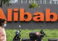 Pejalan kaki melewati kantor Alibaba Group Holding Ltd. di Beijing, China, Rabu (19/8/2020)./Bloomberg-Gilles Sabrie