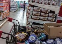 Warga berbelanja kebutuhan pokok di salah satu supermarket di Jakarta, Selasa (20/4/2021)./ANTARA FOTO-Aprillio Akbar