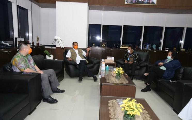 Kepala BNPB Doni Monardo menerima Direktur Grup Sinarmas Saleh Husin, Direktur Indofood Franky Welirang, CEO Agung Sedayu Alex Kusama, dan Relawan Yayasan Budha Tzu Chi Hong Tjin di kantor pusat BNPB, Kamis (19/3/2020) -  Istimewa