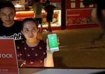 Pengunjung membayar belanja makanan dengan uang digital dari Gojek./Dimas Ardian - Bloomberg