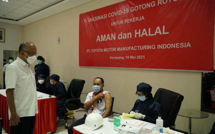 Presiden Direktur PT Toyota Motor Manufacturing Indonesia (TMMIN) Warih Andang Tjahjono menyaksikan aktifitas vaksinasi Covid-19 terhadap karyawan di TMMIN Plant 3 Karawang, Jawa Barat, Selasa (18/5/2021).  - TMMIN