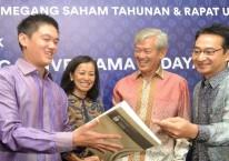 Presiden Komisaris PT Saratoga Investama Sedaya Tbk. Edwin Soeryadjaya (kedua kanan), Presiden Direktur Michael W. P Soeryadjaya (kiri), Direktur Keuangan Lany Djuwita (kedua kiri) dan Direktur Andi Esfandiari, berbincang di sela-sela RUPST dan RUPSLB Saratoga, di Jakarta, Selasa (26/6/2018)./JIBI-Nurul Hidayat