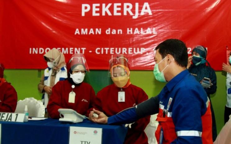 Seorang karyawan Indocement diukur tekanan darahnya oleh tim kesehatan dalam program vaksinasi Gotong Royong perdana Covid-19 secara mandiri di pabrik Citeureup, Kabupaten Bogor, Selasa (18/5 - 2021). ANTARA