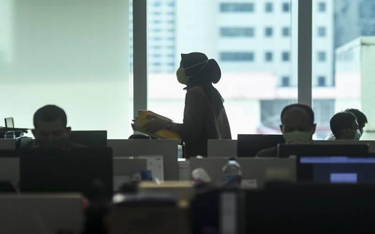 Ilustrasi karyawan melakukan aktivitas di perkantoran mengenakan masker pada masa pandemi Covid-19./Antara - Muhammad Adimaja