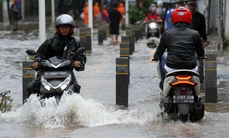 Pengendara menerobos banjir di kawasan Kemang, Jakarta, Selasa (25/2/2020). Bisnis - Arief Hermawan P