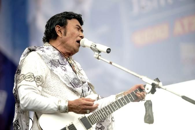 Raja Dangdut Rhoma Irama dan Soneta group beraksi meriahkan kampanye akbar di lapangan terbuka Poncol Sawangan Depok , Jawa Barat, Kamis (28/3/2019). - ANTARA/Kahfie Kamaru