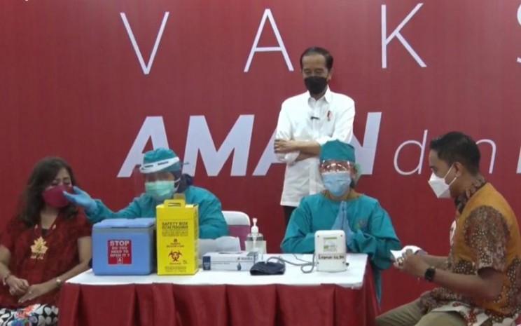 Presiden Jokowi meninjau pelaksanaan vaksinasi Covid/19 kepada para pelaku usaha perdagangan di Thamrin City, Jakarta pada Senin, 3 Mei 2021 / Youtube Sekretariat Presiden