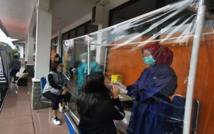 Sejumlah penumpang sedang melakukan rapid test antigen di Stasiun Kereta Api Kertapati, Palembang, Selasa (12 - 1). istimewa\\r\\n