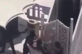 Pria Bawa Senjata Berupaya Serang Khatib di Masjidil…