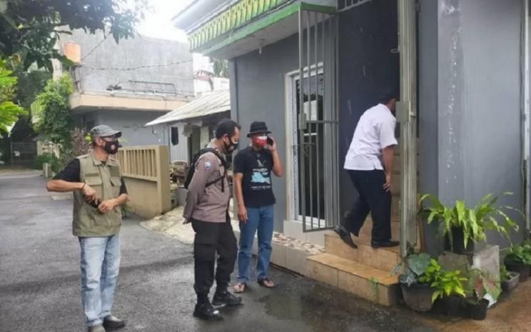 Petugas Kelurahan Lenteng Agung mengecek kondisi indekos di RW 08 yang dijadikan tempat isolasi mandiri bagi pasien OTG dari kalangan masyarakat kurang mampu, Kamis (4/2/2021). - Antara