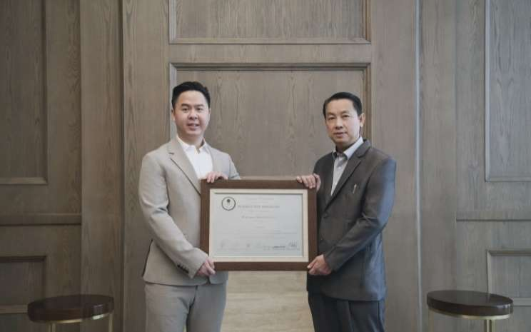Direktur Utama PT Harapan Duta Pertiwi Tbk. (HOPE) Kevin Jong (kiri) bersama Komisaris Utama Lo Khie Pong dalam seremoni pencatatan saham perdana (initial public offering/IPO) di Bursa Efek Indonesia, Senin (24/5 - 2021).\\r\\n